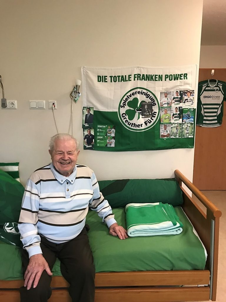 Johann Bieber lebt seine Leidenschaft für die SpVgg Greuther Fürth im Fürther Pflegeheim.