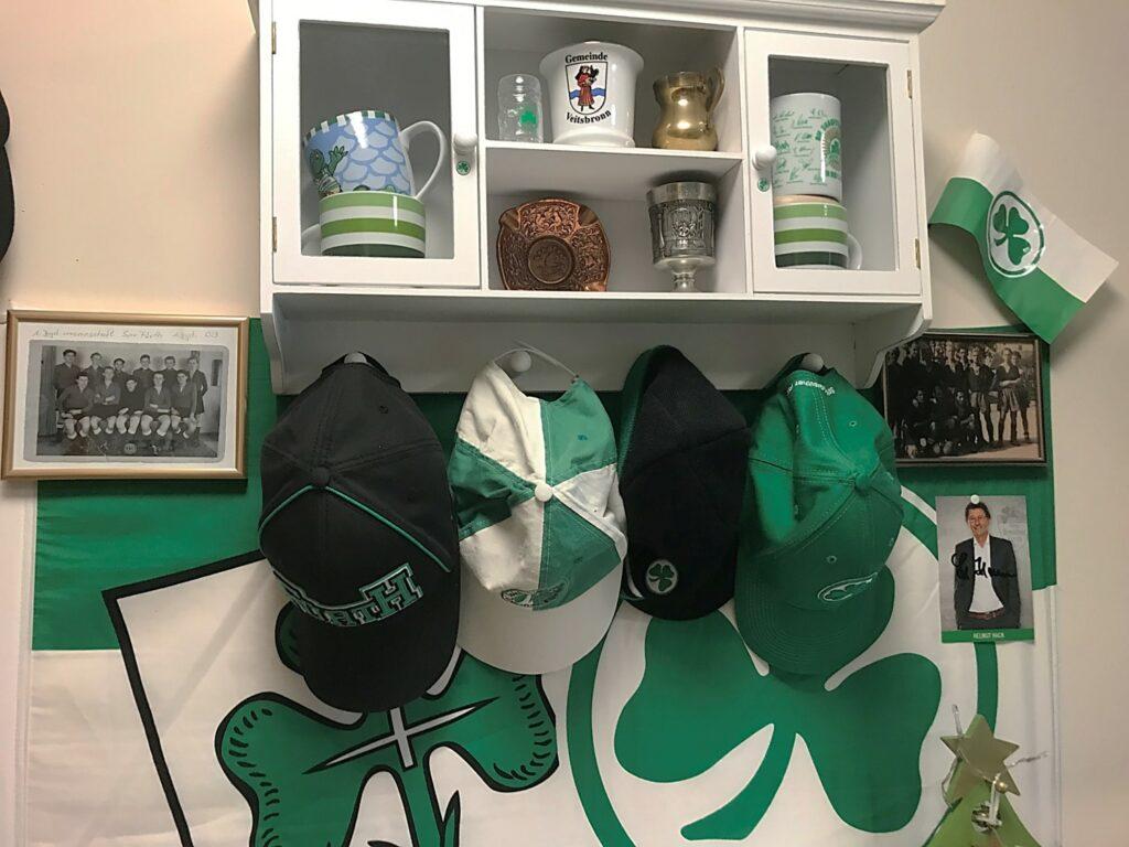 Der Bewohner des Fürther Pflegeheims ist stolz auf seine Fan-Mützen-Sammlung