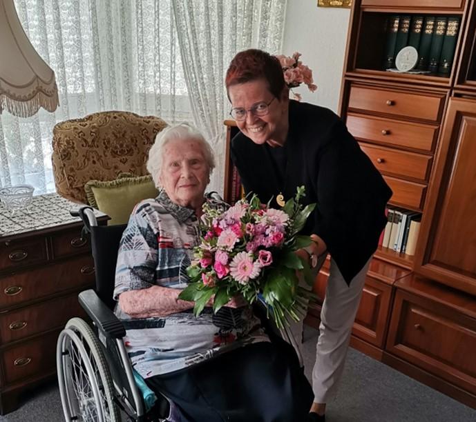 Einrichtungsleiterin Barbara Ilchmann und ihre 99-jährige Bewohnerin Lieselotte Arnold.