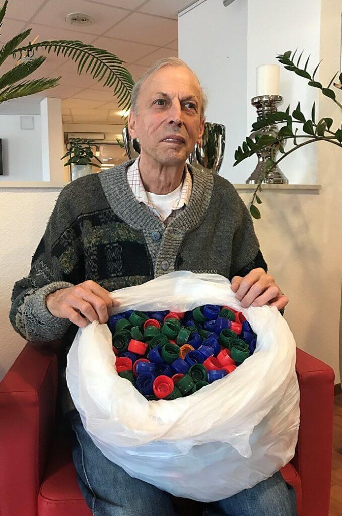 Reinhard Rehnelt, Bewohner im Haus Evergreen Butzbach, sammelt Plastikkapseln für den guten Zweck.