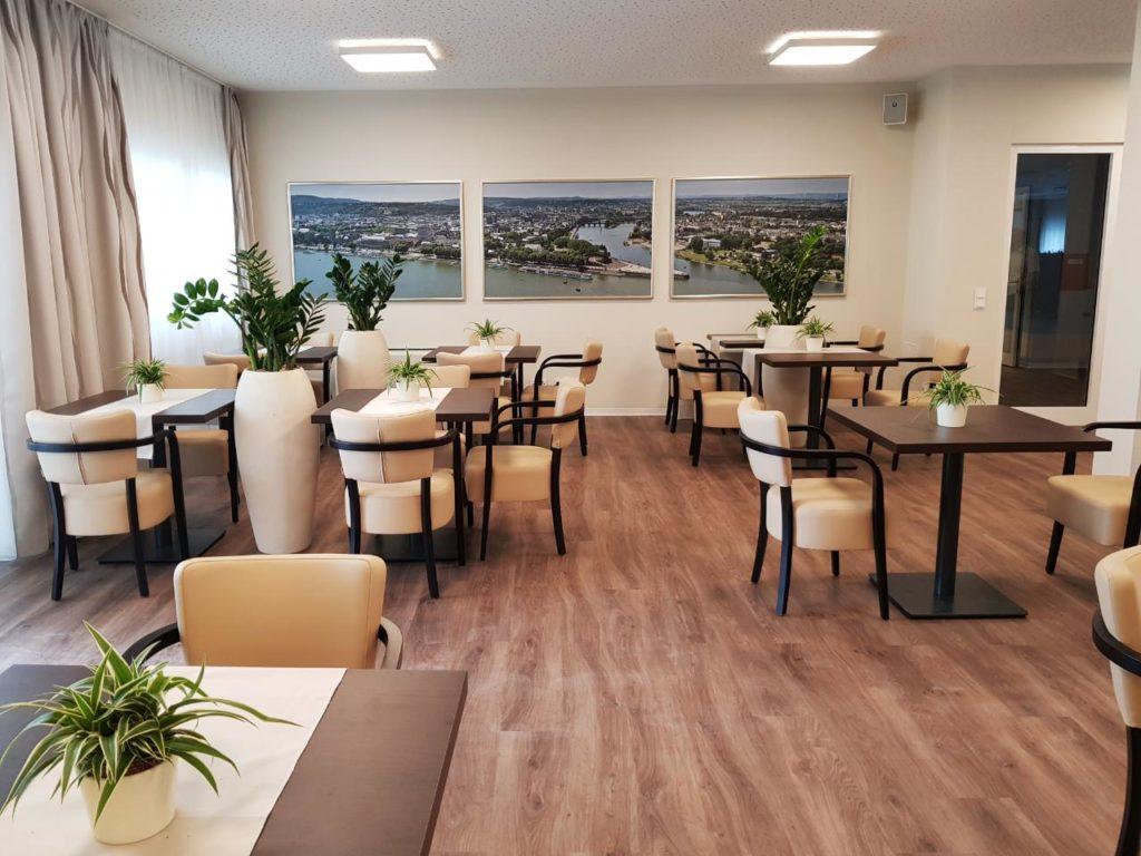 Eine großzügige Cafeteria mit Sonnenterrasse im Erdgeschoss steht den Bewohnern und Besuchern ebenfalls zur Verfügung.