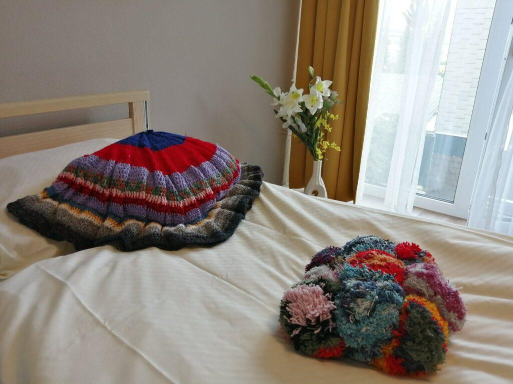 In der Como-Einrichtung von KORIAN sind dank einer Bewohnerin tolle Werke aus Wolle entstanden.
