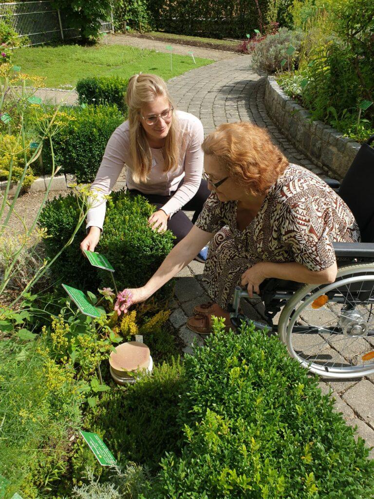 Die Bewohner erkunden gerne die verschiedenen Kräuter, die im Garten der Seniorenresidenz in Germering wachsen.