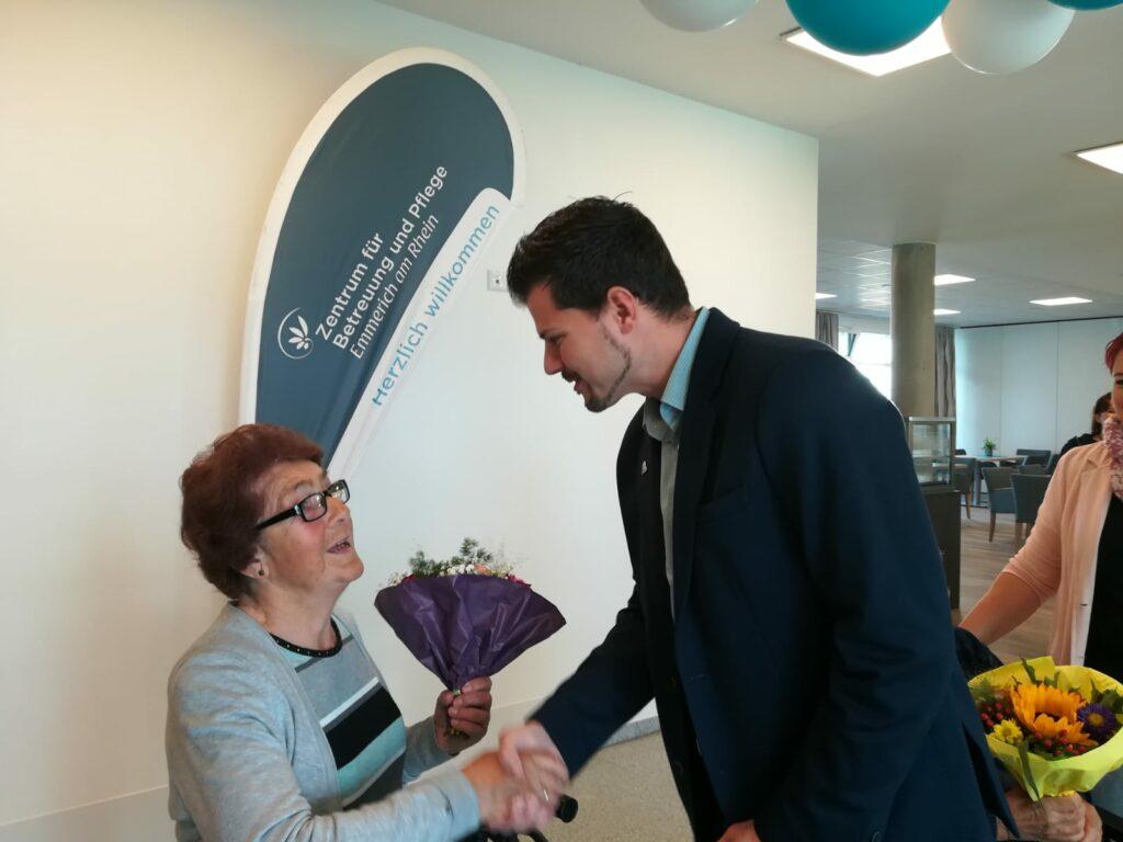 Der zukünftige Einrichtungsleiter Dimitros Karas begrüßt seine erste Bewohnerin im neuen Emmericher Pflegeheim.