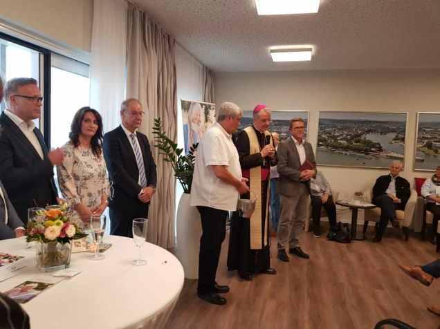 Weihbischof Jörg Michael Peters hält feierlich eine Rede auf der offiziellen Eröffnungsfeier des neuen Seniorenheims in Koblenz.