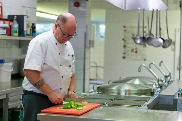 Thomas Müllenmeister bei der Arbeit als Küchenchef.