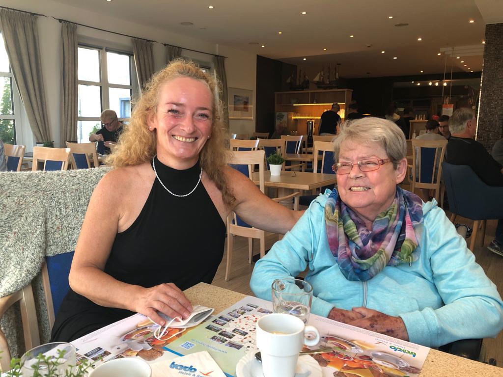 Begleiterin Anja und Bewohnerin Christa Hahnkammer aus dem Haus Evergreen in Butzbach.