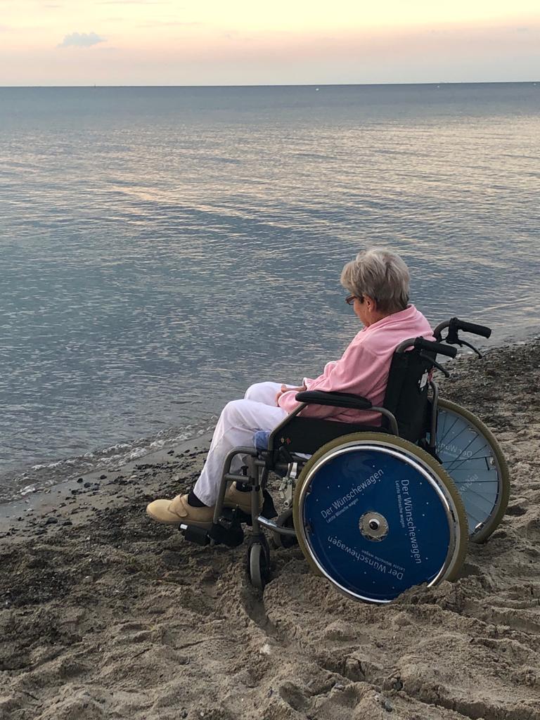 Der Wunsch von Bewohnerin Christa aus dem Haus Evergreen in Butzbach ging endlich in Erfüllung: Noch einmal am Meer sein und den Anblick des Wassers genießen.